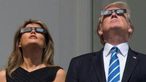 الرئيس ترامب وزوجته وهم يشاهدون الكسوف الجزئي في واشنطن